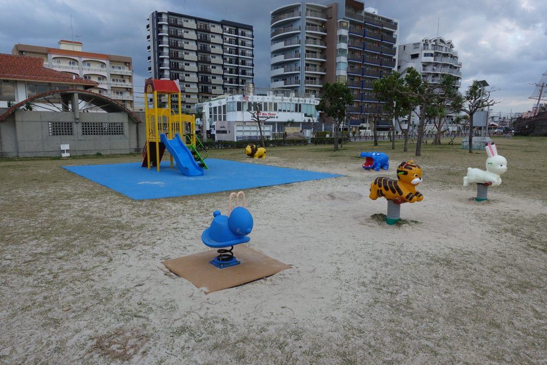 『2017沖繩』美國村附近的造型特色路邊溜滑梯公園-安良波公園