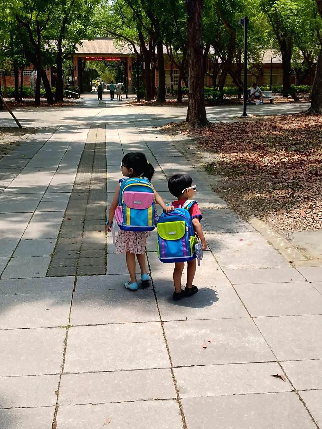 『年度團』孩子的第一個護脊書包,全球首個獲得美國脊骨神經科學會認可護脊書包-夢樂Moonrock