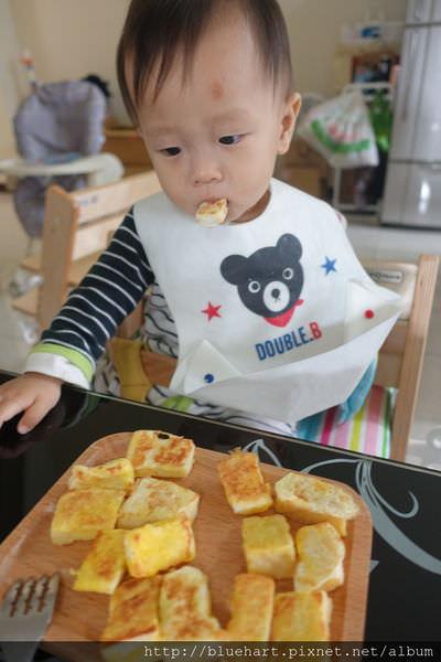 1歲小兒學吃飯,就從不怕髒開始&愛用餐具分享